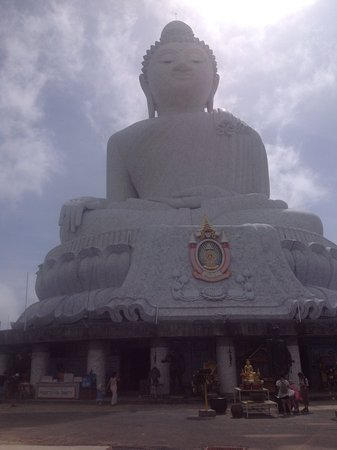 Chalong, Tailandia: This is huge. You can walk all the way around and also inside, where there are monks chanting.