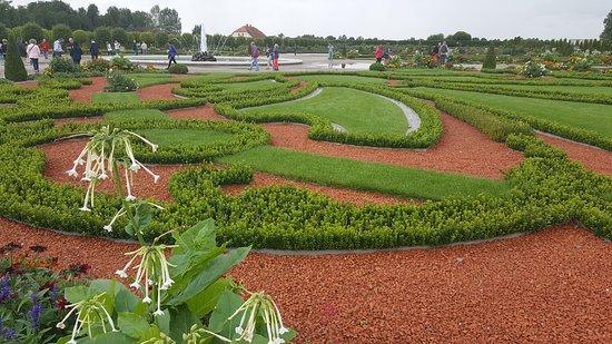 Day Trip to Rundale Palace: El jardín está muy cuidado