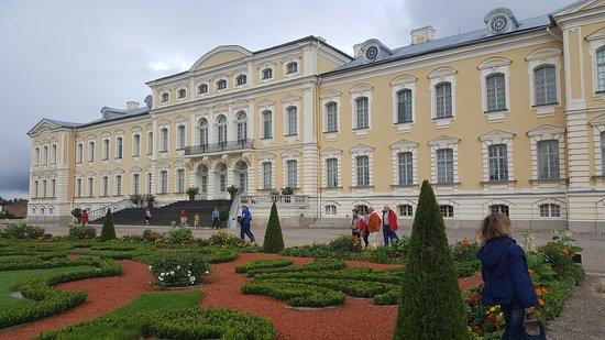 Day Trip to Rundale Palace: Vista del palacio desde el jardín francés