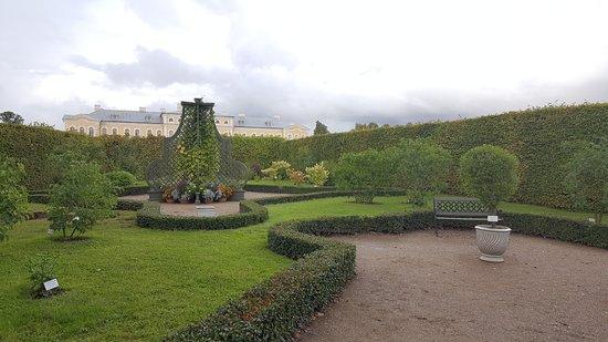 Day Trip to Rundale Palace: Un rincón agradable de los jardines del palacio