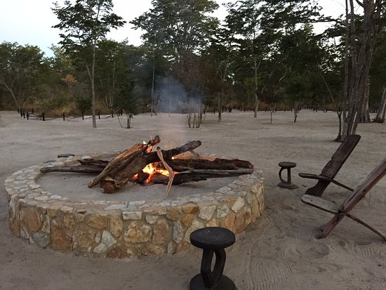 Parque Nacional de Hwange, Zimbabue: The firepit is right in front of our chalets. Perfect for a gathering after dinner with other gu