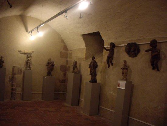 Charlieu, Frankrike: Statues exposées