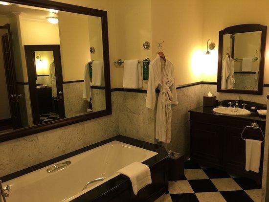 Eastern & Oriental Hotel: Standard suite bathroom