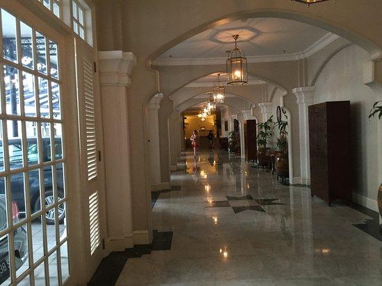 Eastern & Oriental Hotel: Main corridor, Heritage wing