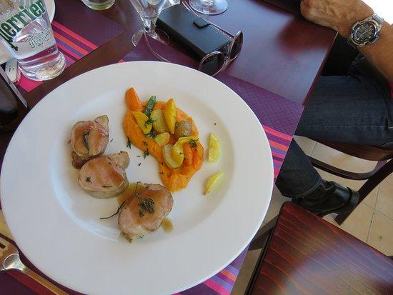 Fitou, Frankrike: filets mignons de porc, sauce aux cèpes, purée de carrottes-celeri et pommes frites maison