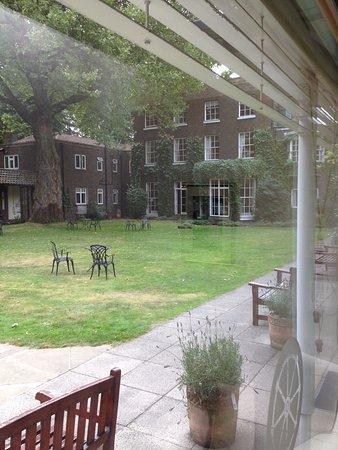 The Royal Foundation of St Katharine: Vu du jardin en cour intérieur avec les écureuils qui ce balladent