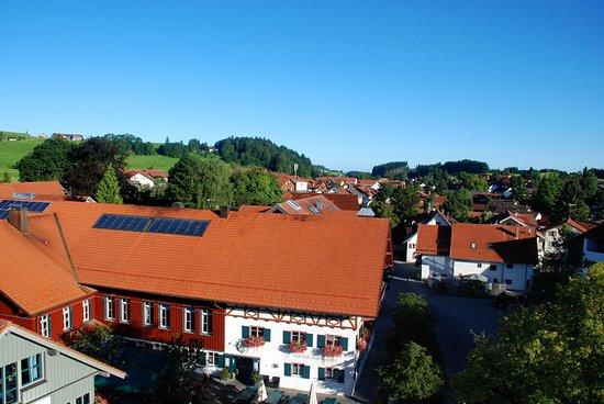 Sicht von der Spitze des Maibaumes über den Gasthof zum Kapitel und über Wiggensbach