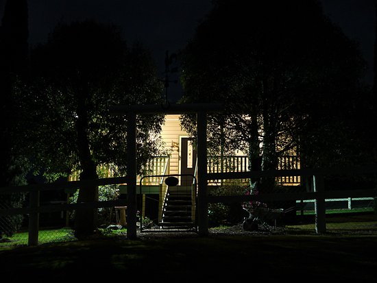 Boonah, Australie : Bottle Tree Cottage at night. Warm welcome home after a night out