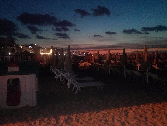 Hotel Pinocchio: Vista notturna della spiaggia raggiungibile con una passeggiata di 5 minuti percorrendo via Fium