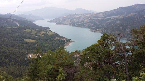 St Vincent les Forts, Frankrijk: Vue du lac en empruntant la randonnée au départ du camping
