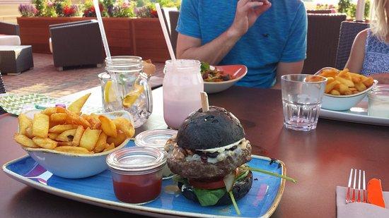 Goehren-Lebbin, Germania: Gorgonzola Burger mit schwarzen Brötchen