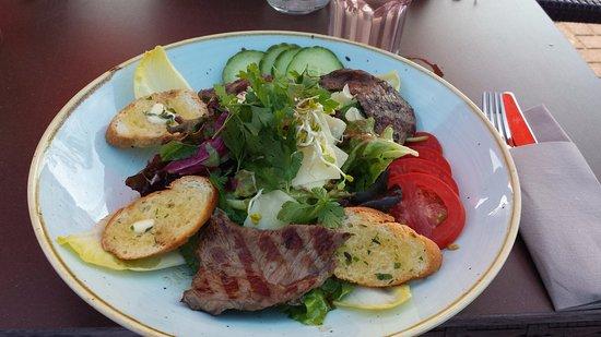 Goehren-Lebbin, Germania: Fitness-Salat mit Rinderhüft-Steaks