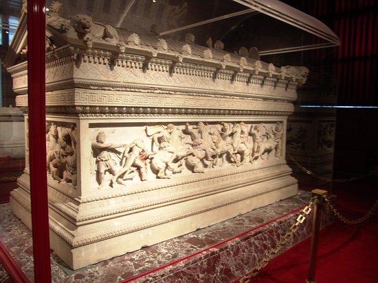 Archäologisches Museum Istanbul (İstanbul Arkeoloji Müzesi): Büyük İskender için yapılan lahit. Bunun gibi çok değerli eser bu müzede ziyaretçileirni bekliyo