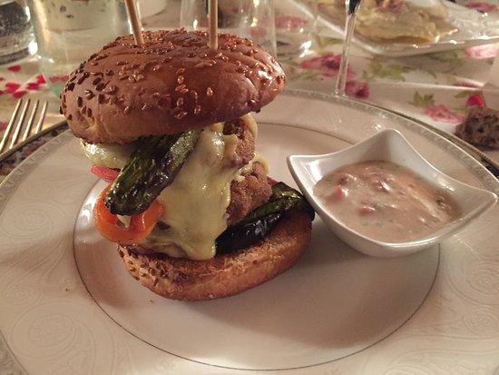 Barberino Val d'Elsa, Itália: Hamburger di lenticchie con formaggio fuso e verdurine