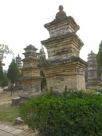 Dengfeng, Cina: lil' Buddha staue meditates eternally