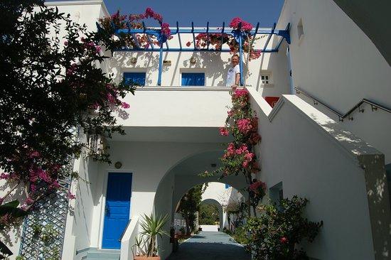 Levante Beach Hotel: inpressie van de kamers, opgezet als een straat...