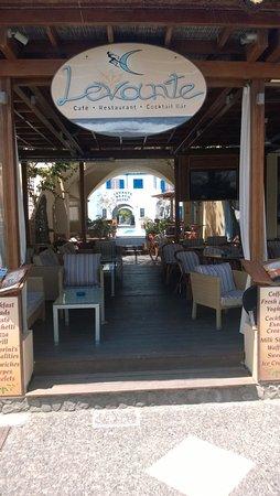 Levante Beach Hotel: bar van het hotel aan de boulevard