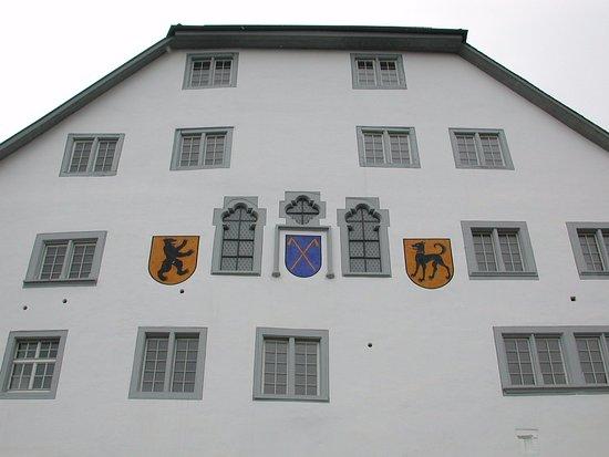 Wil, Swiss: Hausfront, wo im Erdgeschoss das Restaurant liegt und im Unterschoss ein Gewölbekeller