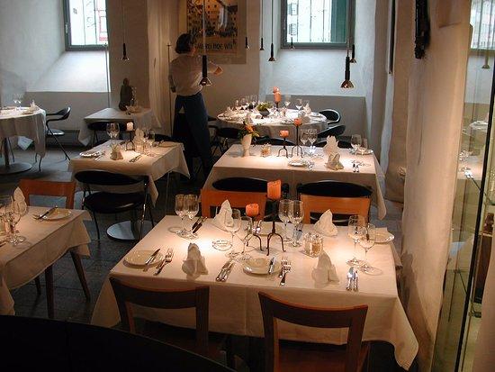 Wil, Suiza: Geschmackvolles Interieur mit festlich gedeckten Tischen