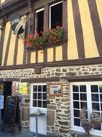 Fougeres, Frankrike: Just arrived...we ordered the special, smoked duck galette.
