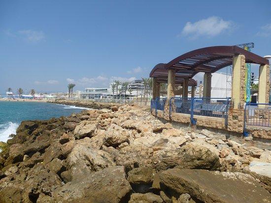 Nahariya, Israel: пляж со стороны моста