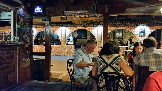 Slatine, Kroatië: Étterem és terasz