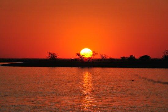 il tramonto sulle Nata Salt Pans