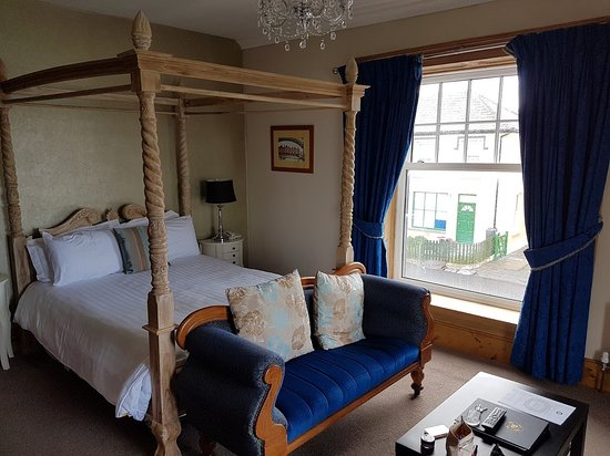 Knightstown, Irlande : Raw wood 4 poster bed