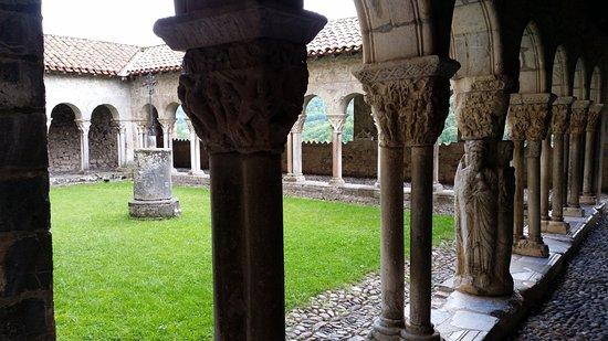 Saint-Bertrand-de-Comminges, Francia: De kloostergang naast de kerk