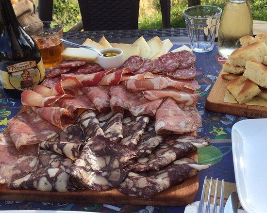 Minucciano, Ιταλία: Tagliere misto con biroldo della Garfagnana.
