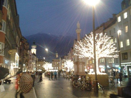 Altstadt von Innsbruck: Christkindlmarkt Theresienstrasse