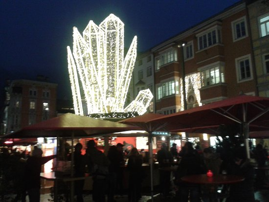 Altstadt von Innsbruck: Christkindlmarkt Theresien Strasse
