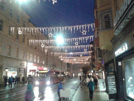 Altstadt von Innsbruck: geschmückte Strassen