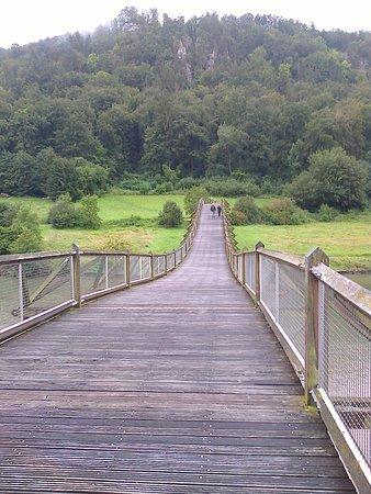 "Essing, ألمانيا: Il ponte ""tibetano"" in acciaio e legno"