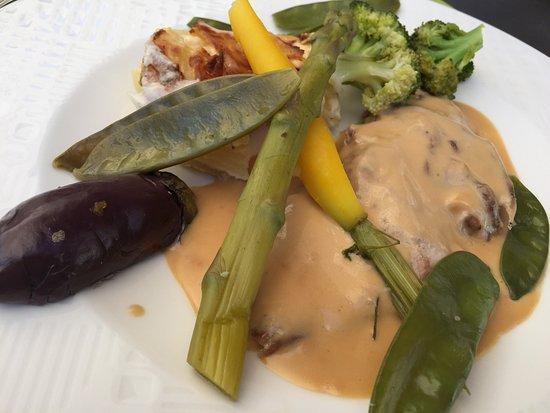 Domfront, France: Un menú del día excelente ! Una terraza muy agradable en medio de esta ciudad medieval.