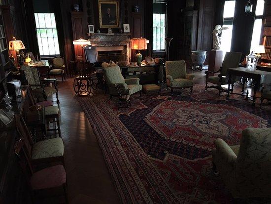 Hyde Park, estado de Nueva York: The living room at FDR's home. Note wheelchair at top left.