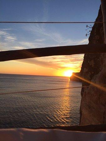 Cala'n Porter, Spain: Las puestas de sol increíbles desde el VIP de la Cova