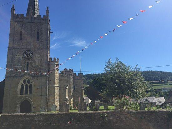Sidbury, UK: St Giles Church Opposite Pub