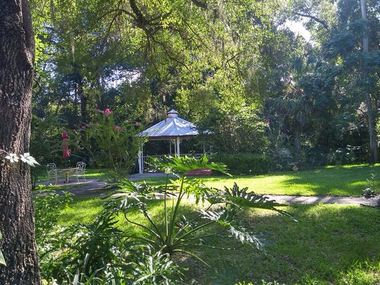 Lake Helen, FL: Gazebo in the yard between the houses
