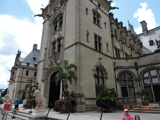 Close view of front of Biltmore Mansion