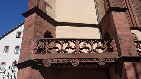 Het Wertheimer aapje.  Symbool  van ijdelheid. Buiten aan het balkon.