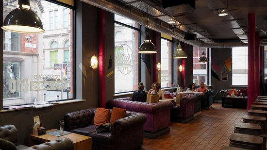 I divani del bar sgabelli e bancone sulla destra picture of