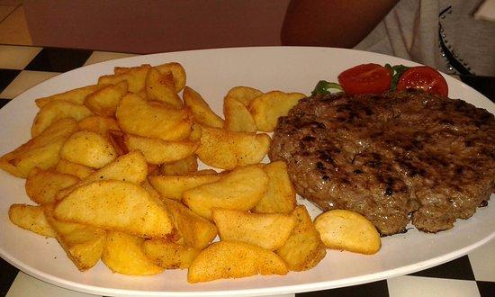 Casnate Con Bernate, Italia: hamburger e patatine
