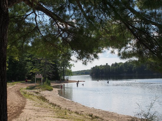 Lansdowne, Kanada: The campground beach to the East is quieter.