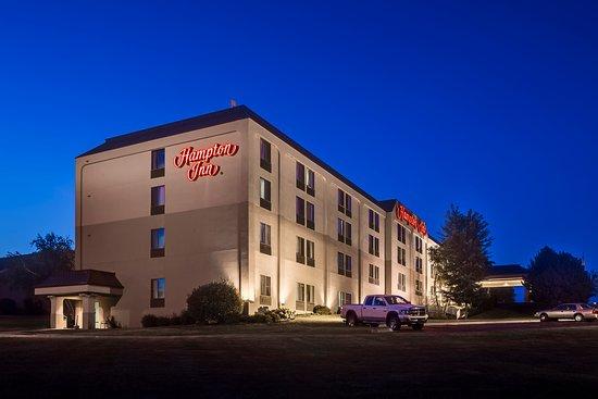 Coralville, Iowa: Hampton Inn Coralville Night Exterior