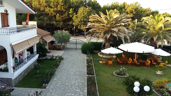 Keramoti, Grecia: the yard of Katerina apartments