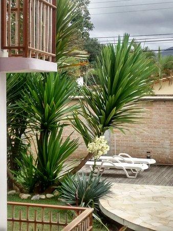 Pousada do Tie : Vista do deck - área da piscina e jardim