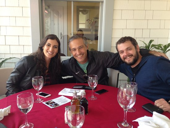 Richmond, CA: Happy faces!! Esperando para desfrutar da excelente comida italiana.