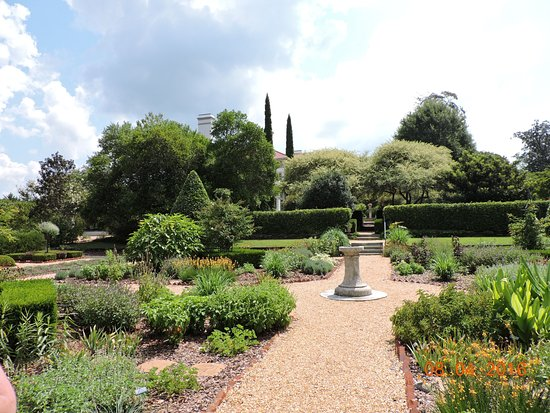 Hills & Dales Estate: Another beautifully laid-out garden @ Hills & Dales