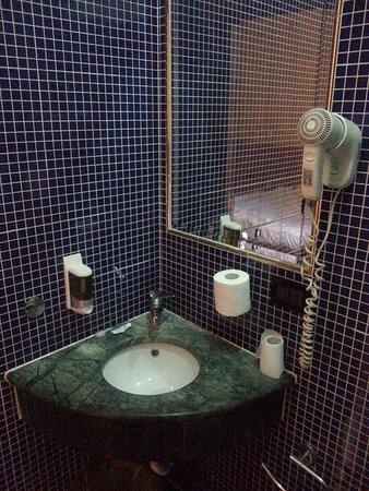 Hotel Lella: Bagno di camera al terzo piano
